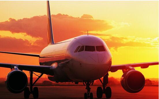 飞机驾驶员是高原民航安全运行的关键因素。民航局下发的《高原机场运行》咨询通告明确,一般高原机场是指海拔高度在5000-8000英尺(1524-2438米)的机场,高高原机场是指海拔高度在8000英尺(2438米)及以上的机场,一般高原机场和高高原机场统称为高原机场。实施高高原机场运行的一套飞行机组应至少配备三名驾驶员,除机长外其中还应包含一名至少具有CCAR-121部第121.